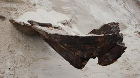 Pomorskie: niezwykłe znalezisko na plaży. Sztorm odsłonił ukrytą łódź