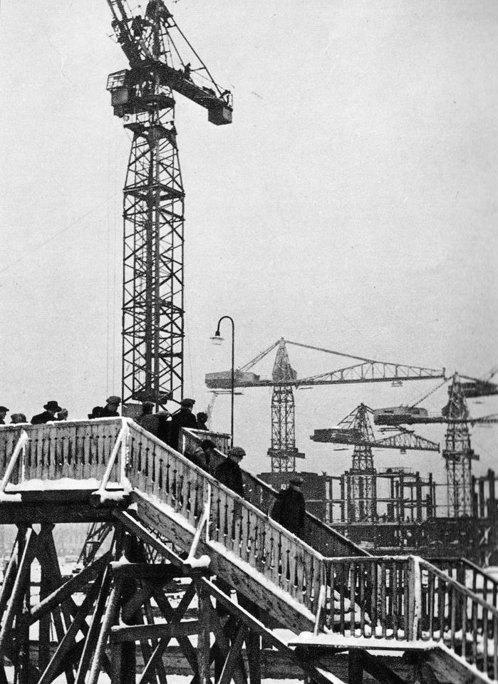 Już w czasie budowy PKiN wzbudzał zainteresowanie. W pobliżu placu budowy ustawiono specjalny pomost, by warszawiacy mogli obserwować postępy prac