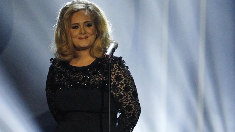 """Piosenka """"Someone Like You"""" Adele okazała się najpopularniejszą i najchętniej śpiewaną. Podkład do niej ściągnęło ponad 7 procent użytkowników portalu. Jest najpopularniejszą z ponad 3 milionów piosenek ściąganych przez ponad 200 tysięcy odwiedzających stronę Lucky Voice"""