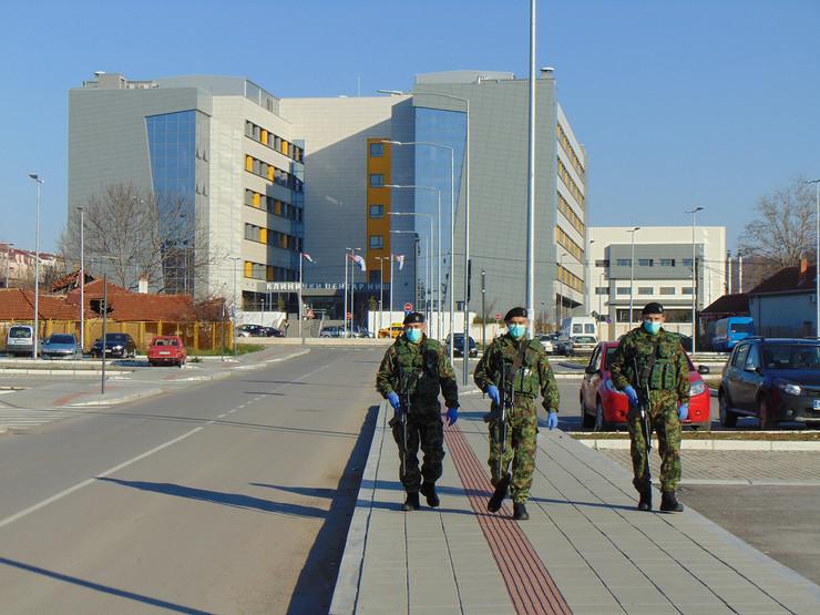 NIS01 Patrola Vojske Srbije u Klinickom centru u Nisu foto Branko Janackovic