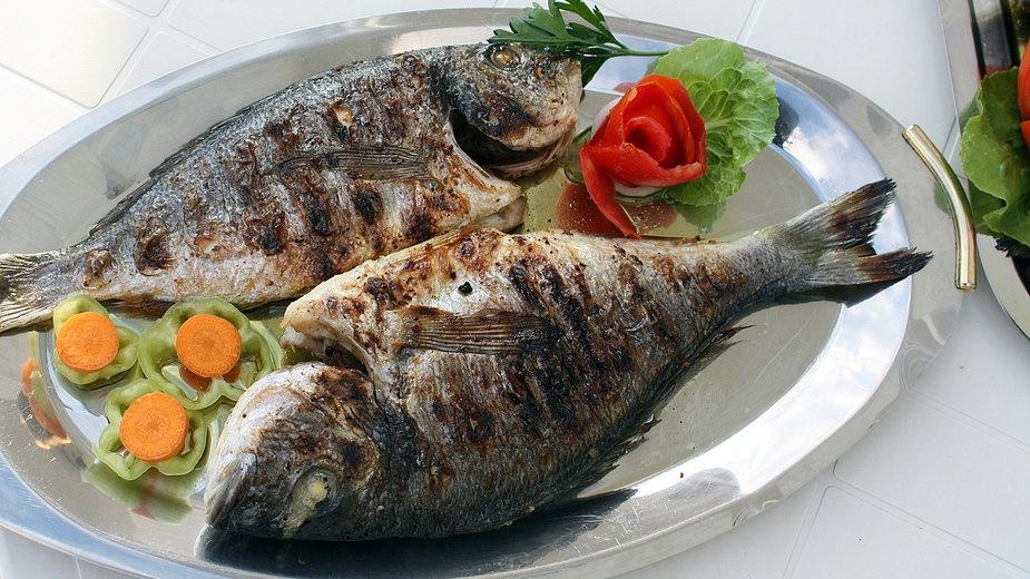 Rybę przed pieczeniem należy przyprawić, by mięso nabrało smaku i aromatu - pompi/pixabay.com