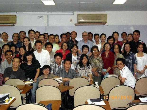 Stefan Leks i jego uczniowie po zakończeniu semestru w Kursus Pendidikan Kitab Suci, Dżakarta