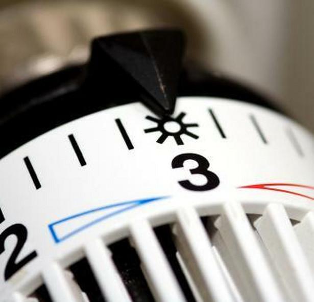Obecnie w Polsce dostawca ciepła przedstawia swój cennik Urzędowi Regulacji Energetyki, a ten sprawdza, czy stawki nie są zbyt wysokie.