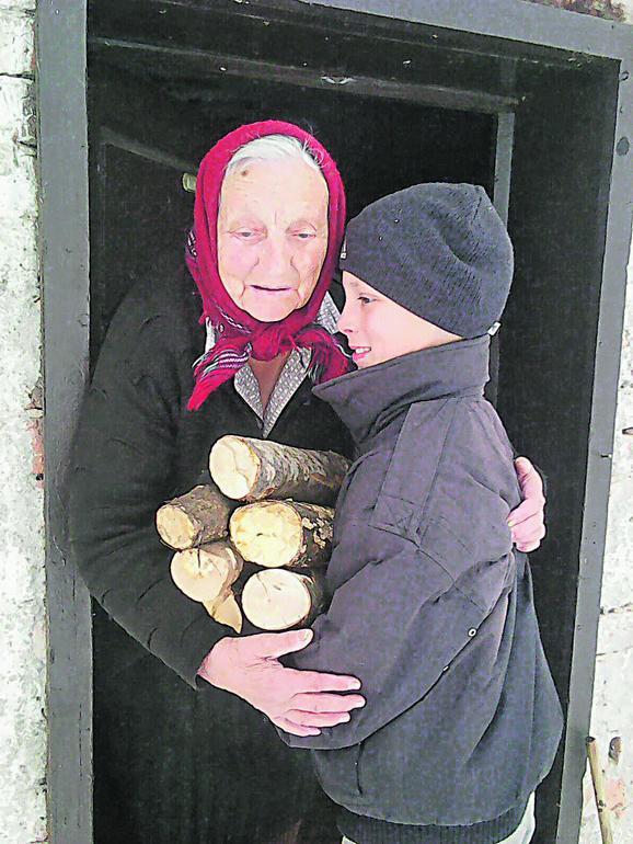 Ništa mu nije teško: Radoje donosi drva baka Kosi