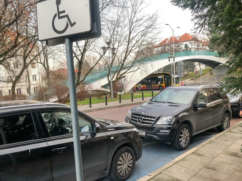 Weronika Rosati parkuje na miejscu dla osób niepełnosprawnych
