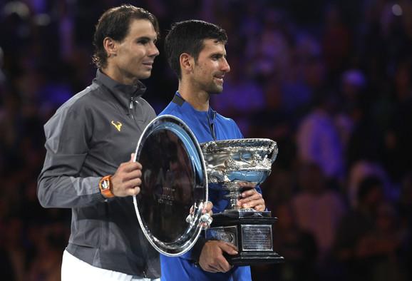 Rafael Nadal i Novak Đoković sa peharima posle finala Australijan opena