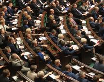 Premier Morawiecki, przemawiając w Sejmie po głosowaniu, zapewniał, że znajdą się pieniądze i na drogi, i na koleje, i na politykę społeczną