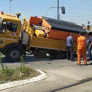 Kamion završio u rupi na Novom Beogradu