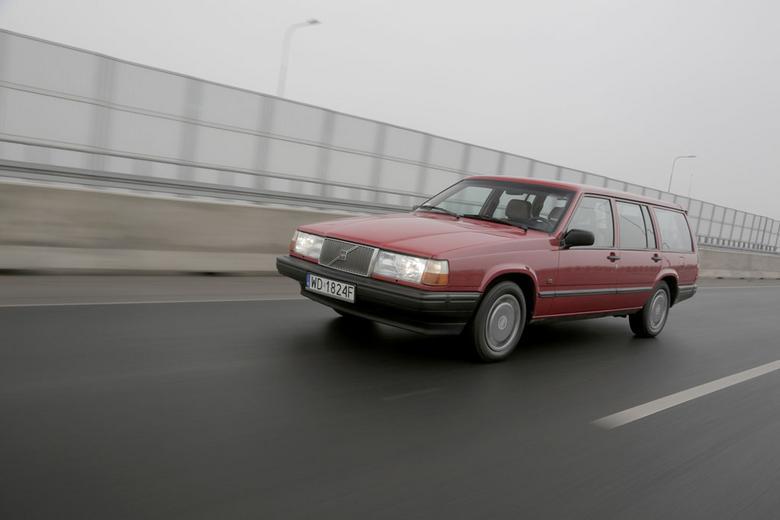 """Prezentowane Volvo 740 GL pochodzi  z1991 roku. Auto ma na sobie, poza jednym błotnikiem, pierwszy lakier. Przednie lampy igrill prawdopodobnie są nieoryginalne (zserii 900), choć wniektórych """"700-kach"""" montowano je już w1991 r.  Na pokładzie m.in. skóra iklimatyzacja."""