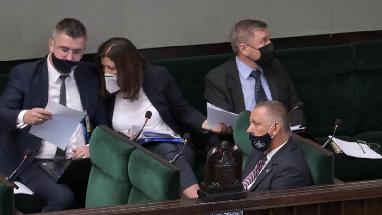 Prezes NIK Marian Banaś (P-dół) na sali plenarnej Sejmu