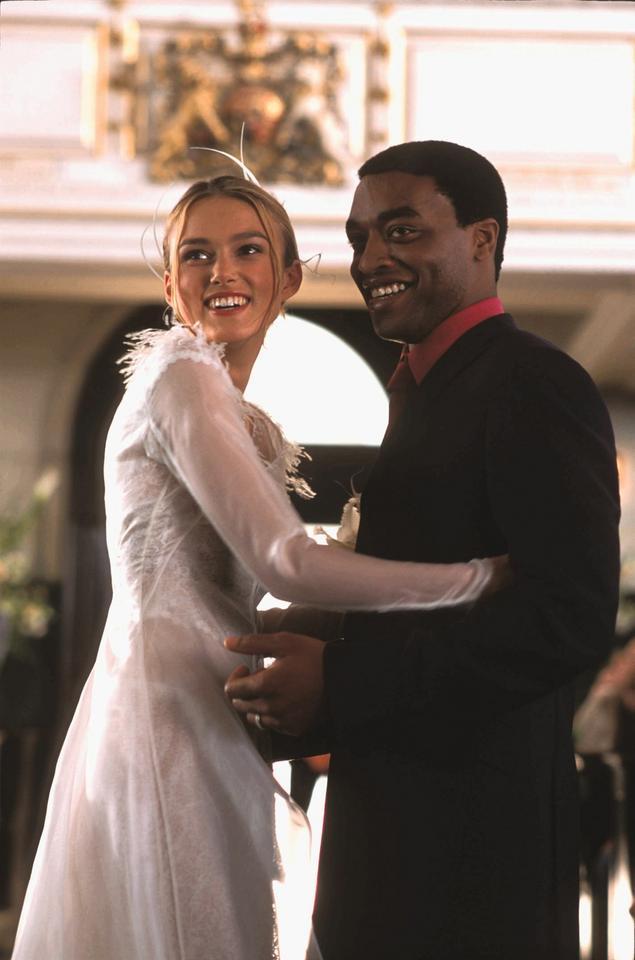 """Keira Knightley i Chiwetel Ejiofor w filmie """"To właśnie miłość"""""""