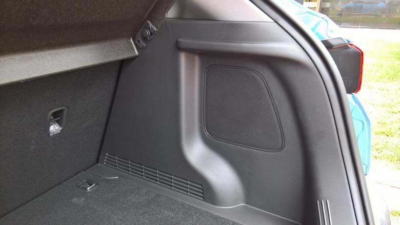 Udany20 cm subwoofer dobrze wkomponowano w bagażniku. Hyundai Kona
