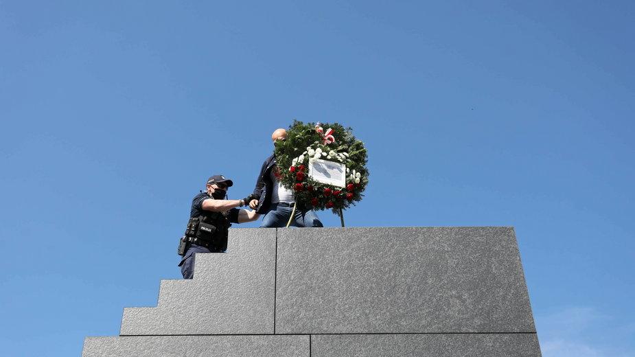 Incydent pod Pomnikiem Ofiar Katastrofy Smoleńskiej. Interwencja policji