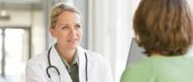 Lekarz i pacjent w przychodni.