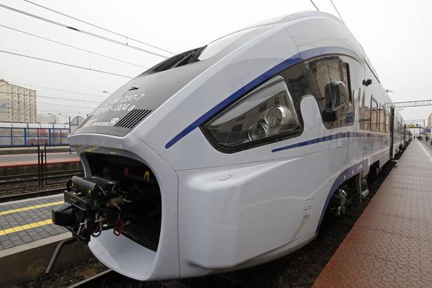 Pociąg ma długość 153 metry, waży ok. 280 ton i może rozwijać prędkość 200 km/h.(cat) PAP/Artur Reszko