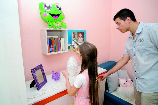 Brat Aleksandar pomaže maloj dobitnici da uredi novu sobu