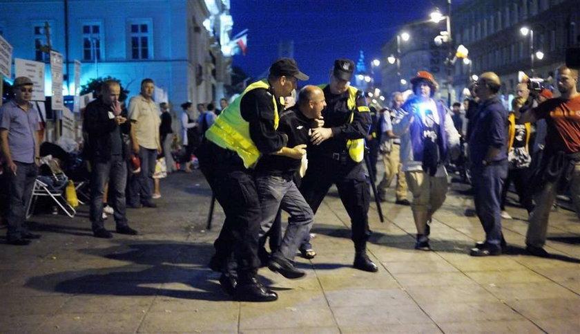 Policja usunęła obrońców krzyża