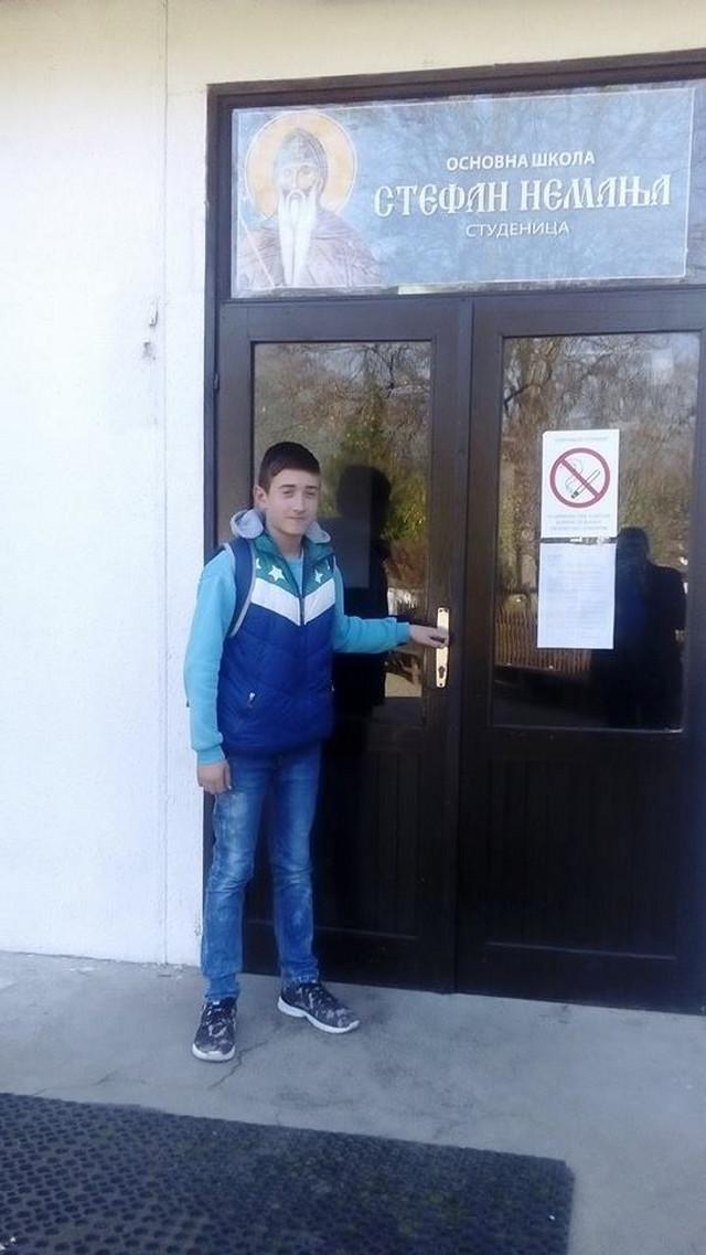 PRATE GA OTAC, BRAT i PAS VUČKO : Slavko na ulazu u školu