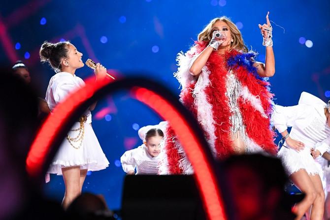Dženifer sa ćerkom na sceni Super boula