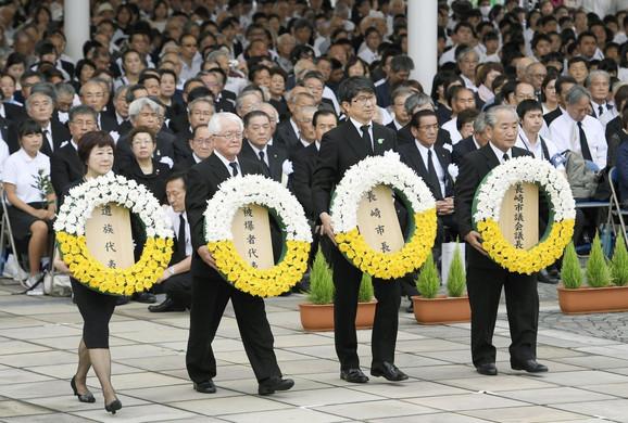 Gradonačelnik Tomihisa Taue (2 D) i drugi zvaničnici polažu vence