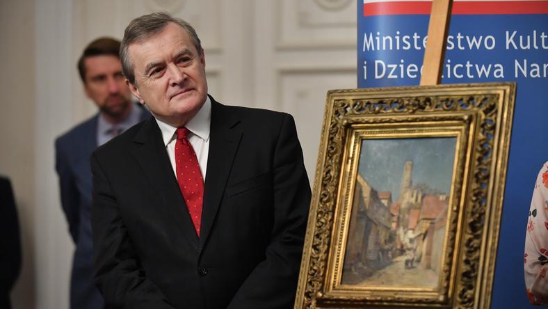 Piotr Gliński podczas przekazania obrazu