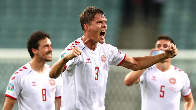 Jannik Vestergaard (C) i koledzy z reprezentacji Danii cieszący się ze zwycięstwa nad Czechami