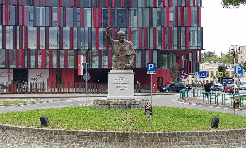 Pilka nozna. Stadion Arena Narodowa w Tiranie. Pomnik Papieza Jana Pawla II. 11.10.2021