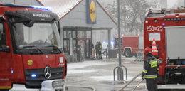Pożar w popularnym dyskoncie w Warszawie. Zawalił się dach!