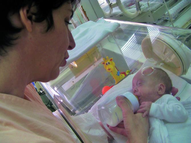 Anđela sa mamom kad je imala dva i po meseca na Institutu za neonatologiju