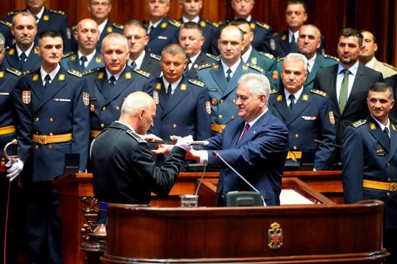 Predsednik Srbije uručuje sablje