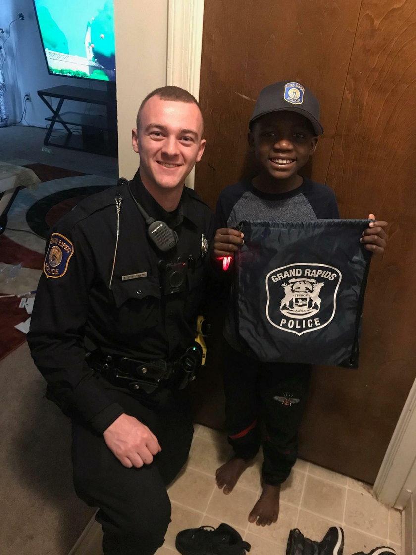 Policjant zorganizował imprezę niespodziankę dla dziewięcioletniego chłopca