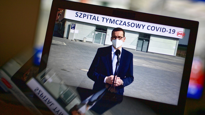 Premier Mateusz Morawiecki podczas wypowiedzi dla mediów w szpitalu tymczasowym we Wrocławiu