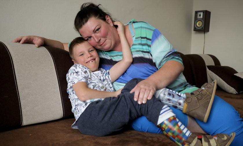 Mały Artur (7 l.) został porzucony przez swoją biologiczną matkę. Na szczęście miał wiele szczęścia, bo trafił do rodziny Stajndorów, która pokochała go ponad wszystko.