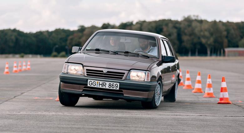 Opel Ascona wyzwał w latach  80. konkurencję na pojedynek.  Czy mógł wygrać?