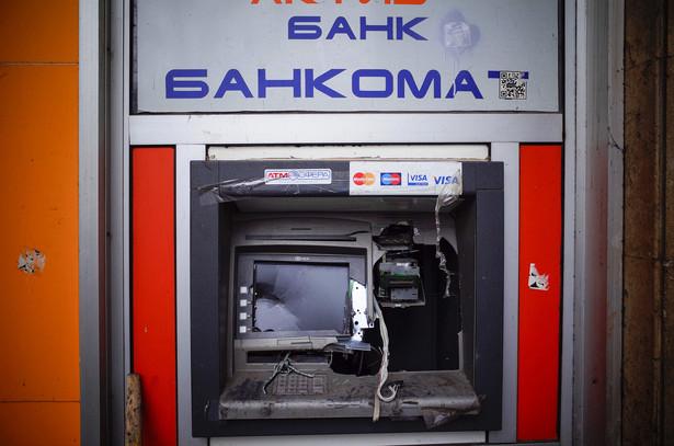 Ukraina: zniszczony bankomat na jednej z ulic w Kijowie
