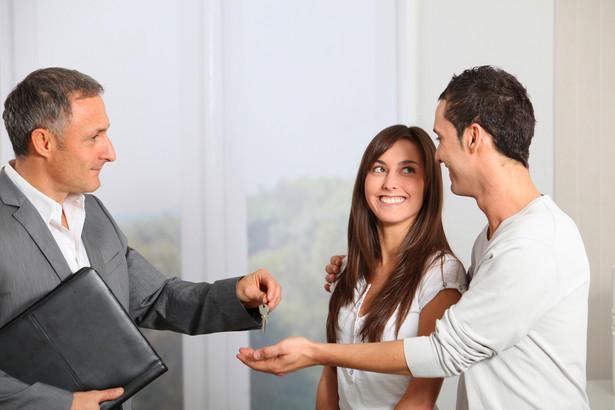 Zaciągając kredyt mieszkaniowy wiążemy się z bankiem na kilkadziesiąt lat. Dlatego też bardzo ważnym jest, by wybrać jak najkorzystniejszy