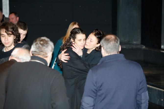 Mina Glogovac, bivša supruga Nebojše Glogovca, i Milica Šćepanović, supruga preminulog glumca, na današnjoj komemoraciji u Jugoslovenskom dramskom pozorištu u Beogradu