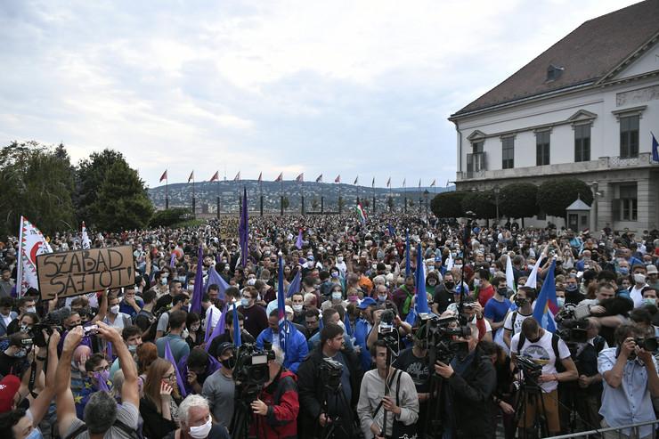 NAKON ŠTO JE OTPUŠTEN GLAVNI UREDNIK NAJČITANIJEG PORTALA U MAĐARSKOJ! Otkaz dalo 80 njegovih kolega, a na ulice izašlo više hiljada građana zbog napada vlasti na slobodu medija!