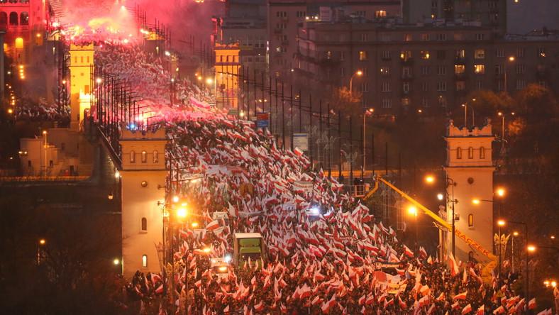 """Przy dźwiękach bębnów uczestnicy skandują: """"Cześć i chwała bohaterom"""", """"Duma, duma, narodowa duma!"""". Wznoszone są także okrzyki: """"Bóg, Honor, Ojczyzna"""", """"My chcemy Boga"""", """"Wolność, równość, sprawiedliwość"""", """"Polska katolicka, nie laicka"""", """"Cześć i chwała bohaterom, biało-czerwone barwy niezwyciężone""""."""