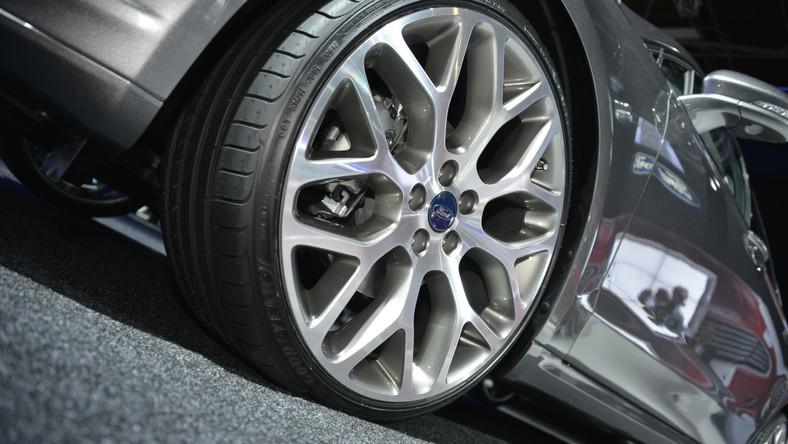Volkswagen i Opel na celowniku Forda. Najnowszy passat i odmłodzona niedawno insignia stawią czoło nowej, czwartej generacji mondeo, która debiutuje na polskim rynku - samochód można już zamawiać. Polskie przedstawicielstwo producenta z Kolonii liczy, że rywala ze znaczkiem VW pokona m.in. niższą ceną. Oto szczegóły…