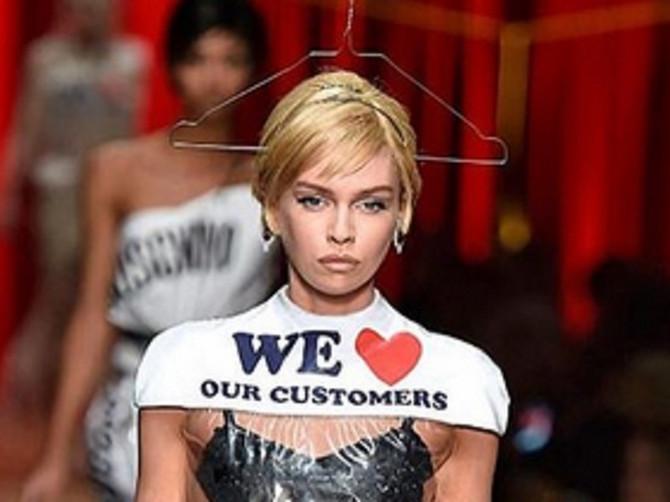 """Svi se ZGROZE kad vide novu """"Moskino"""" haljinu: Košta 736 dolara, a izgleda kao KESA ZA ĐUBRE"""
