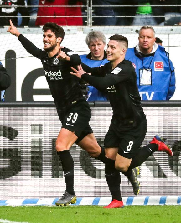Gonsalo Pasijensija sa Lukom Jovićem slavi gol za pobedu Ajntrahta u 96. minutu