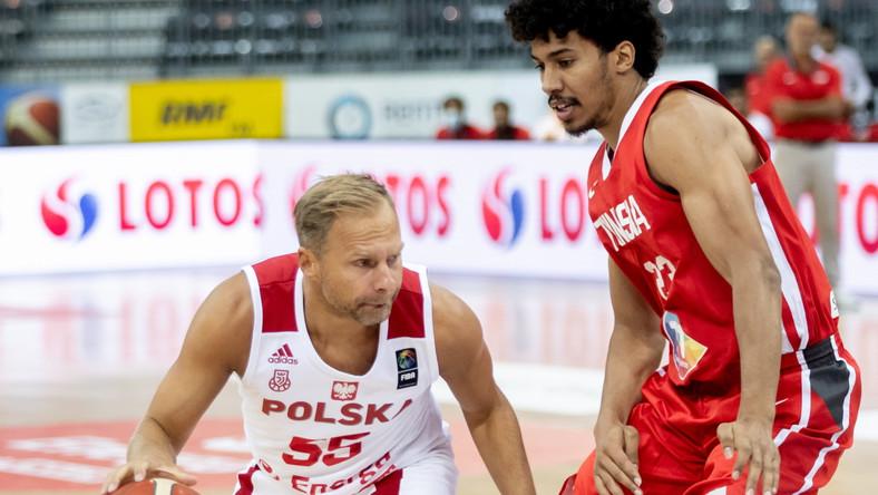 Łukasz Koszarek (L) i Tunezyjczyk Belhassen Chihi (P) podczas meczu towarzyskiego Polski z Tunezją