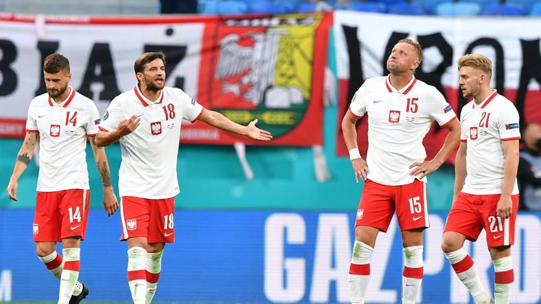 Mateusz Klich (L), Bartosz Bereszyński, Kamil Glik (2P) i Kamil Jóźwiak po straconej bramce w meczu Polski ze Słowacją w Sankt Petersburgu