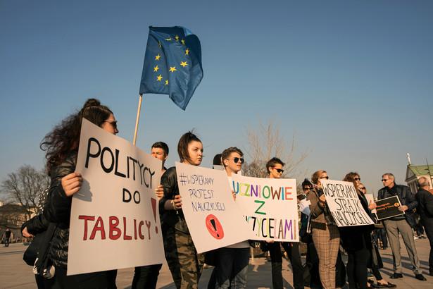 W czwartek prezes ZNP Sławomir Broniarz poinformował, że od soboty, 27 kwietnia, od godz. 6 rano Związek Nauczycielstwa Polskiego zawiesza ogólnopolski strajk, zawiesza, ale go nie kończy