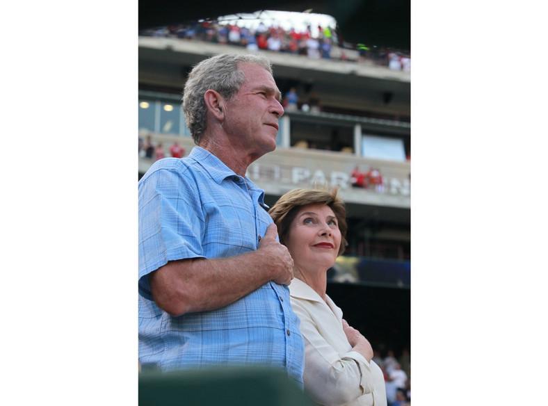 GeorgW. Bush z żoną na meczu Texas Rangers