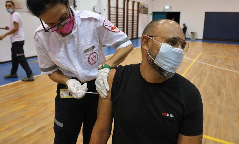 Co daje trzecia dawka szczepionki? W przypadku Izraela trzecia dawka zmniejszyła liczbę hospitalizacji, czyli osób przyjętych z COVID do szpitala.