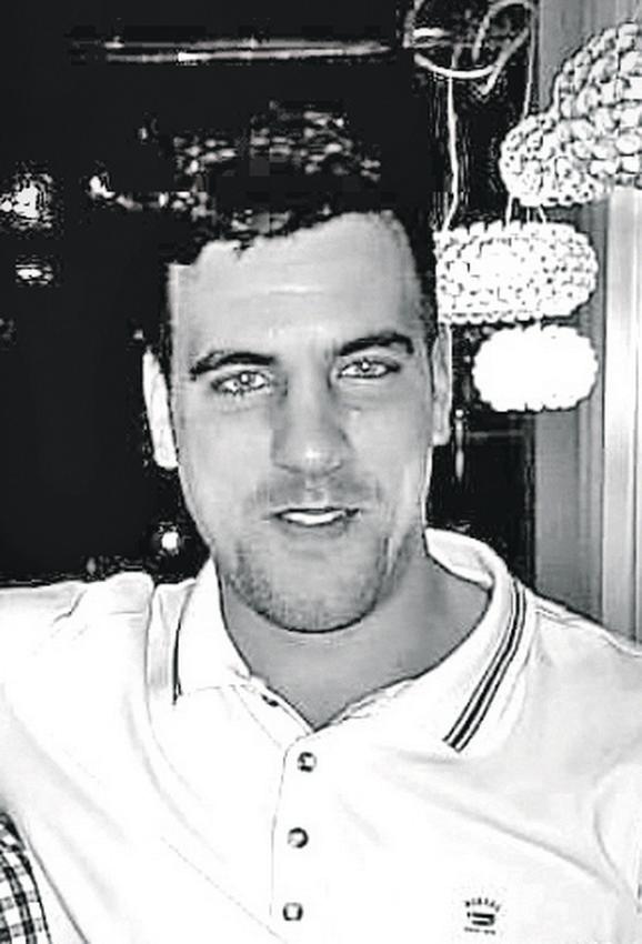 Ubijen 17. decembra: Svađa oko devojaka prerasla je u krvavi sukob ispred ulaza u popularni noćni klub. Uhapšen je Nedeljko Grbović, šef obezbeđenja