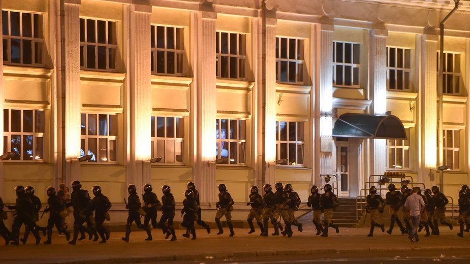 Białoruskie służby w Mińsku podczas demonstracji