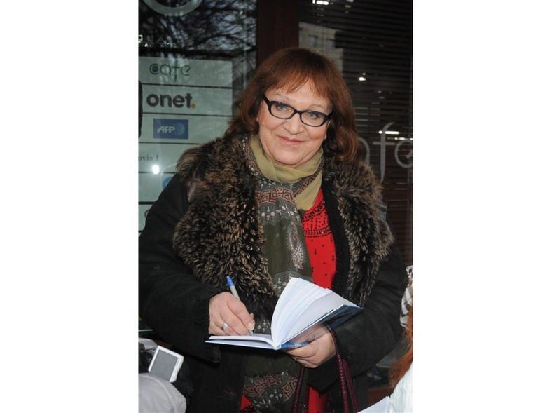Anna Grodzka rozdaje autografy.